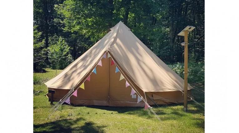 tentes tipis dans un camping forestier